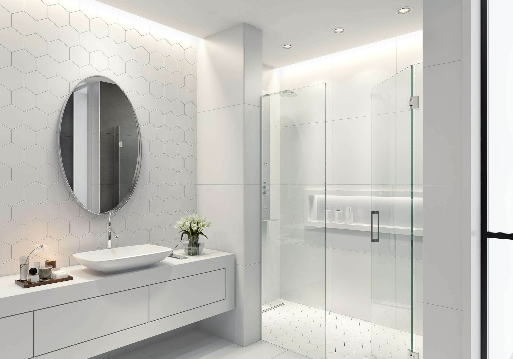 Ett badrum med sexkantskakel som backsplatta och duschgolv.